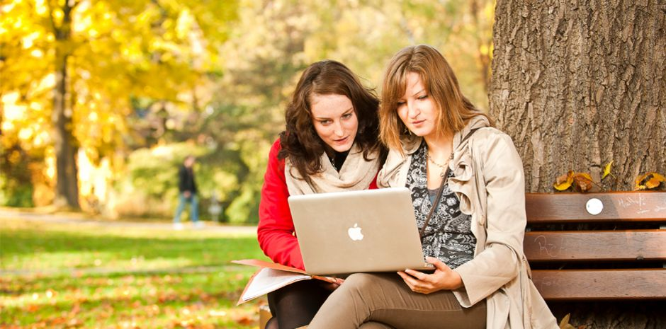 Studentinnen mit Laptop